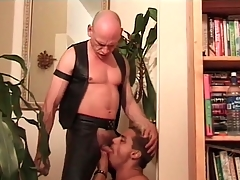 Deepthroat cocksucking mistiness with leather hottie